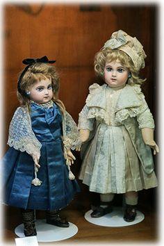 Porcelánové panenky * holčičky v šatičkách se skládanou sukní.