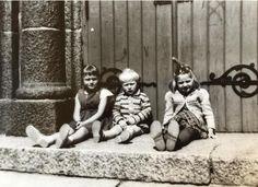Foto. Bente Mjømen.  På kirketrappen til «Småkirken»,eller St Jakobs kirken som den egentlig heter. Tror det er i 1958. Min bror Finn og jeg fra Daniel Hansens gate og Kari fra Hans Tanks gate. Gode barndomsminner.
