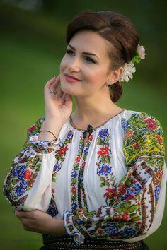The details of this shirt. Folk Fashion, Ethnic Fashion, Womens Fashion, Polish Embroidery, Romanian Girls, Ethno Style, European Girls, Simple Dresses, Traditional Dresses