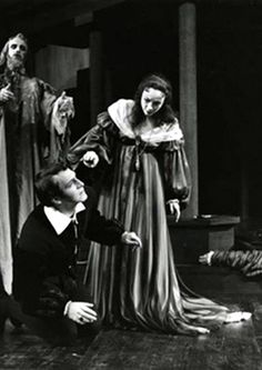 Hamlet – 1957 Max Helpmann as the Ghost, Christopher Plummer as Hamlet, Joy Lafleur as Gertrude and William Hutt as Polonius Director: Michael Langham Designer: Desmond Heeley Photographer: Peter Smith — bij Stratford Festival.