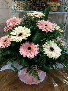 Tips On Sending The Perfect Arrangement Of Flowers – Ideas For Great Gardens Valentine Flower Arrangements, Flower Arrangements Simple, Floral Centerpieces, Altar Flowers, Wedding Flowers, Beautiful Roses, Beautiful Flowers, Rosen Arrangements, Flower Boxes