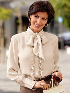 3d1f8fb5bd9e Schicke Bluse mit Rüschen und Schluppe. Gorgeous