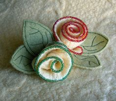 beaded felt flowers Snelson Snelson Courtright Looks! It's my obsession and your obsession in one project! Fabric Brooch, Felt Brooch, Brooches Handmade, Handmade Flowers, Felt Flowers, Fabric Flowers, Denim Flowers, Felt Roses, Felted Wool Crafts