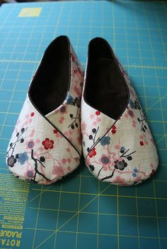 mortadella makes: ithinksew: Kimono Room Slippers Crochet Shoes Pattern, Shoe Pattern, Sewing Slippers, Felt Slippers, Kimono Diy, Leather Slippers, Womens Slippers, Sewing Projects, Espadrilles
