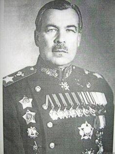 Про таких, как он, говорят, что они «звезд с неба не хватают». И это правда. Леонид Говоров не брал Берлин, не возглавлял генштаб. Этакий вечный почти толстовский артиллерист. В боевой характеристике на него в 42-м году, когда он был командующим 5-й армии, утверждалось, что «в императивно-тактическом отношении подготовлен хорошо, основным недостатком товарища Говорова является некоторая разбросанность по всему фронту и отсутствие навыков собирания кулака для ударного действия. Товарищ…