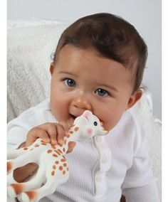 Sophie the Giraffe Teether by Vulli - How cute is this little teether? This is the perfect gift for my niece and nephew. Not only is it a cute giraffe, it is also made of natural rubber and food paint, and is BPA free. Cute Little Baby, Little Babies, Baby Love, Twin Babies, Baby Baby, Sophie Giraffe, Giraffe Baby, Cute Baby Wallpaper, Childhood