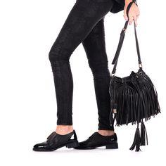 Bolso de mujer en negro con flecos. Cierre con click y cordón para mayor sujeción. Tres bolsillos internos. 25x30cm. Corte en sintético y forro en tejido. Los flecos de esta temporada también en nuestros bolsos