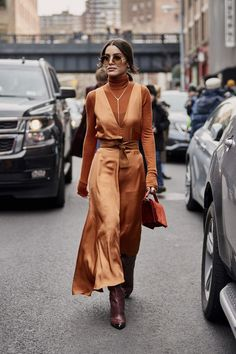 Attendees at New York Fashion Week Fall 2019 - Street FashionYou can find New york fashion and more on our website.Attendees at New York Fashion Week Fall 2019 - Street Fashion Fashion Mode, Fashion 2020, Look Fashion, Girl Fashion, Autumn Fashion, Fashion Trends, Womens Fashion, Streetstyle Fashion Week, Winter Dress Fashion