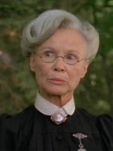 Louisa J. Banks (Frances Hyland): Sara montreali nevelőnője.