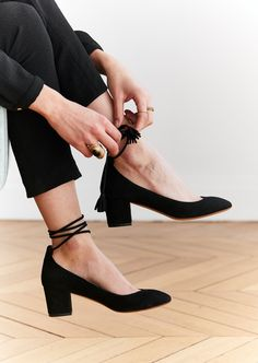 5 Tips for Making Sustainable Fashion Choices Imagen de black shoes, fashion, and girly Pretty Shoes, Cute Shoes, Me Too Shoes, Sock Shoes, Shoe Boots, Shoes Heels, Low Heels, Toronto Girls, Outfits