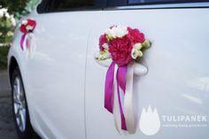 amarantowa dekoracja samochodu do ślubu