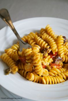 eliche alla crema di peperoni e philadephia con olive e capperi