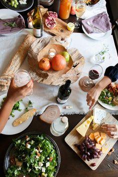 「セッティングされたテーブルにコース料理」というのも良いけれど、リラックスしたホームパーティーには大皿で出して取り分けるような、みんなでわいわい楽しめる気軽な料理を。