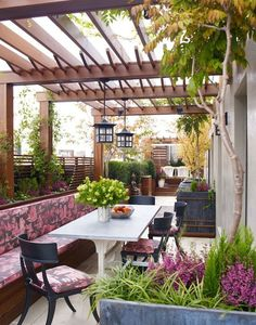Beautiful pergola and shades of pink - outdoor space decor || @pattonmelo