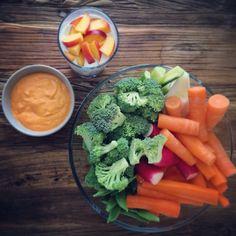 Klar til filmhygge ☺️   Grønt med chillimayo  Bær & fersken med vaniljecreme (lavet på soyafløde med vaniljekorn og Stevia)   #fitisnotadiet #sundudenkur #fit #healthy #happy #thesimpleway #mad #motivation #stenalderkost #paleo #fitfood #vægttab #eatclean #realfood #food #foodpic #foodpics #eat #organic #greens #health #sund #sundhed #sundlivsstil