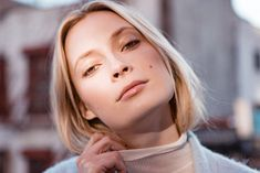 Not your average no-makeup look: model Tiiu Kuik demonstrates the ideal natural makeup look with a contemporary palette (purple blush! gold lipgloss!).