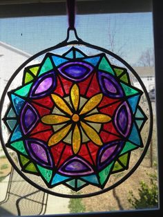 mandalas Recipes food with drinks Mosaic Glass, Glass Art, Recycled Crafts, Stained Glass Windows, Suncatchers, Rainbow Colors, All The Colors, Jewelry Art, Recycling