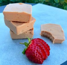 Four ingredient strawberry and peanut butter fudge Healthy Mummy Recipes, Healthy Food, Sugar Free Snacks, Peanut Butter Fudge, Fudge Recipes, Strawberry Recipes, Meals For The Week, Low Calorie Recipes, Cooking Time