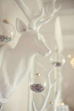 Witte hertenkop met kerstdecoratie