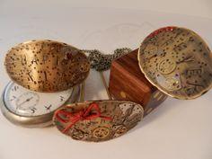 Peinetas para el pelo en latón con adornos de engranajes de reloj. AnHadas