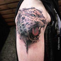 Jaguar de estilo sketch en el hombro.
