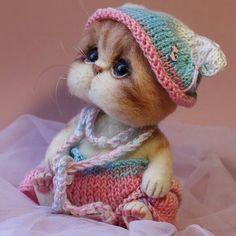 Precious kitten from Tatiana Barakova. I like the addition of,the little crocheted hat! Baby Animals Super Cute, Cute Stuffed Animals, Cute Little Animals, Cute Funny Animals, Cute Dogs, Cute Babies, Baby Animals Pictures, Cute Animal Pictures, Needle Felted Animals