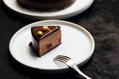 - Sjokolade-Mousse Kake med Kaffe og Speilglasur - Coffee-Chocolate-Mousse Cake with Mirror Glaze, with bits of Raspberry Terrin in the mousse...