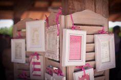 fuchsia framed seating chart http://weddingwonderland.it/2015/03/tableau-de-mariage-da-copiare.html
