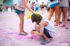Recogiendo polvos Holi Party Festival 2014 en Centro Niemeyer de Avilés Asturias by machbel