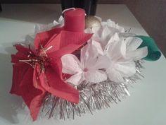 Centro tavola natalizio realizzato totalmente a mano con fiori e stalla di natale in carta crespa e candela al centro