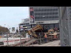 CAT 325D wird verladen, Blick auf das Technikgebäude   Stuttgart 21 Baustellenfortschritt 15.11.13  A CAT 325D Excavator is loaded onto a truck. Seen on the famous Stuttgart 21 Construction site