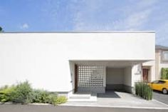 タイムレスでミニマルなデザインが目を引く白い住宅