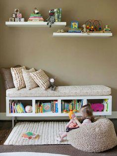 Kinderkamer - een zetel maken van een lage kast met een overtrokken kussen op. Leuk en cosy