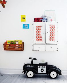 Tiny Little Pads - Interiors for Kids: Scandinavian Retro Kids Room Inspiration. Decoracion Vintage Chic, Deco Kids, Wall Storage, Book Storage, Book Shelves, Bedroom Storage, Blog Deco, Kids Corner, Awesome Bedrooms
