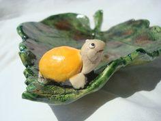 Coupe feuille céramique avec petite tortue. A vendre sur ALM: http://www.alittlemarket.com/vaisselle-verres/fr_coupe_feuille_ceramique_avec_petite_tortue_orange_-14856933.html