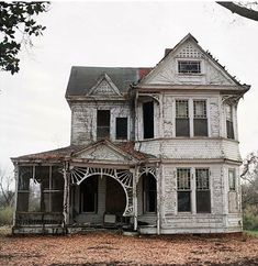 Old Farm house, detailed porch. Old Abandoned Buildings, Abandoned Mansions, Old Buildings, Abandoned Places, Abandoned Library, Abandoned Farm Houses, Abandoned Prisons, Abandoned Detroit, Abandoned Factory