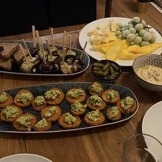 Auberginen-Röllchen mit Feta, Süßkartoffel mit Avocado, Hummus, Gewürzgurken, Mango, Käse & Trauben Avocado Hummus, I Foods, Feta, Mango, Eggplants, Manga