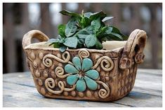 Make a beautiful planter with clay. Pottery Pots, Slab Pottery, Ceramic Pottery, Earthenware Clay, Ceramic Clay, Hand Built Pottery, Pottery Designs, Ceramic Planters, Handmade Pottery