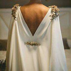All brides think of having the most suitable wedding, however for this they need the most perfect wedding gown, with the bridesmaid's outfits complimenting the brides dress. These are a variety of ideas on wedding dresses. Wedding Cape, Wedding Gowns, Wedding Ceremony, Wedding Dresses With Cape, Grecian Wedding, Bridal Cape, Grecian Gown, Wedding Dress With Gold, Egyptian Wedding Dress