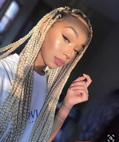 All styles of box braids to sublimate her hair afro On long box braids, everything is allowed! For fans of all kinds of buns, Afro braids in XXL bun bun work as well as the low glamorous bun Zoe Kravitz. Short Box Braids, Blonde Box Braids, Black Girl Braids, Girls Braids, Brown Box Braids, Ombre Box Braids, Hair Up Styles, Braid Styles, Natural Hair Styles