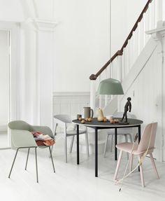 """""""Base Table"""" von Mika Tolvanen, Stuhl """"Nerd"""" von David Geckeler in Grün, """"Fiber Chair"""" von Iskos-Berlin. (Foto: Muuto)"""