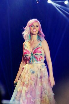 Katy Perry smiles to her audience!!!