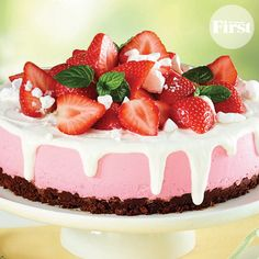 A chocolate-rice cereal crust and creamy drizzle transform strawberry ice cream into a sophisticated treat! Hot Desserts, Light Desserts, Delicious Desserts, Yummy Food, Tasty, Strawberry Sundae, Strawberry Recipes, Cake Recipes, Dessert Recipes