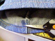 Quilt, Knit, Run, Sew: A Tutorial - Hemming Jeans - a quilters technique Sewing Hems, Sewing Pants, Sewing Lessons, Sewing Class, Techniques Couture, Sewing Techniques, Hemming Jeans, Hem Jeans, Patching Jeans