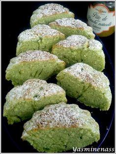 Salam alyakoum/bonjour, Voilà de délicieux petites gâteaux à la pâte de pistache, qui vous raviront par leur couleur éclatante et vous régaleront à l'heure du thé. Ingrédients : 2 œufs 150g sucre semoule 1 sachet sucre vanillé 1 pincée de sel 125g de...