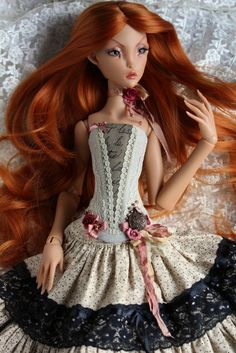 This french lady is still keeping her number 1 status in my doll family :) (my poor other dolls, they just can't get my attention ;) ) But look at this girls fingers, hips, lips, the color... oh, just perfection!