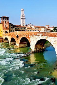 Vista del río Adige y San Pedro puente, Verona, Italia.