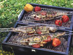 Krosse Haut und zartes, saftiges Fleisch: Gegrillte Forelle ist ein ganz besonderer Genuss. Zum Forelle Grillen eignen sich vor allem ganze Fische, die in einer speziellen Grillzange garen.