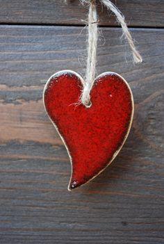 Keramická+ozdoba+(srdce)+009+Ozdoba+z+keramické+hlíny+s+dekorem+srdce.+Ruční+výroba+dle+autorského+návrhu,+glazovaná.+Opatřeno+provázkem+k+zavěšení.+Dekorace+vhodná+na+vánoční+stromek,+adventní+věnec+či+štědrovečerní+stůl.+Jednotlivé+kusy+se+mohou+v+detailech+lišit.+Rozměry:+cca+7+x+5+cm+barva:+červená+Každý+kus+je+ručně+dělaný+originál.+(na+přání+možno+po...