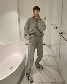 Fashion Girls Are Wearing This Unlikely Item on Repeat Right Now - - Once considered a faux pas, fashion girls now can't stop wearing joggers. Here's how to wear jogging bottoms and still look chic. Look Fashion, Girl Fashion, Fashion Outfits, Womens Fashion, Winter Fashion, Fashion Days, Fashion 2018, 90s Fashion, Dress Fashion